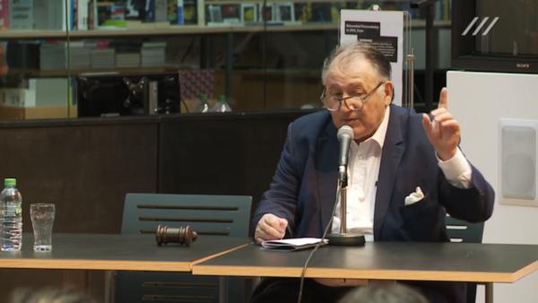 Peter Weibel, Vorstand des ZKM und konzeptioneller Leiter des Tribunals, bei der Eröffnung des zweiten Tages - neben ihm der Gerichtshammer
