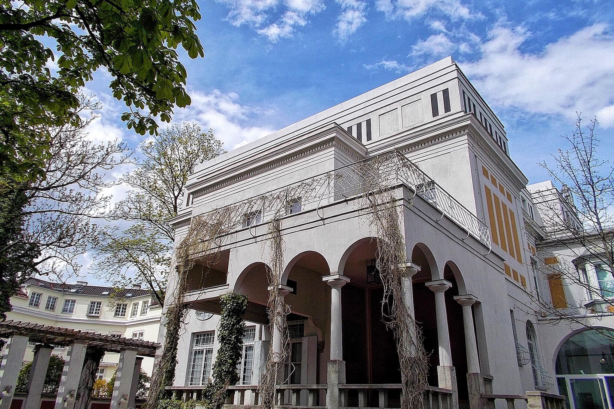 Das Münchner Wohnhaus des Jugendstil-Malers Franz von Stuck ist heute ein Museum. Die Villa Stuck zeigt neben Werken des Künstlers auch Sonderausstellungen.