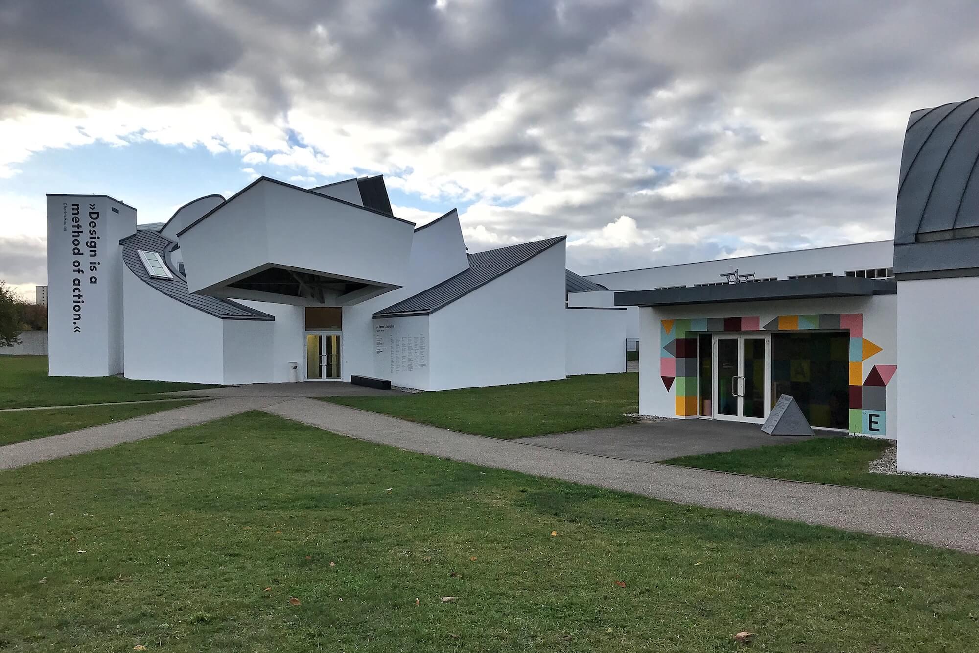 Mit der Bauhaus-Ausstellung unter #allesistdesign zeigt das Vitra Design Museum, wie Hashtags als Stilelement im Museum eingesetzt werden.