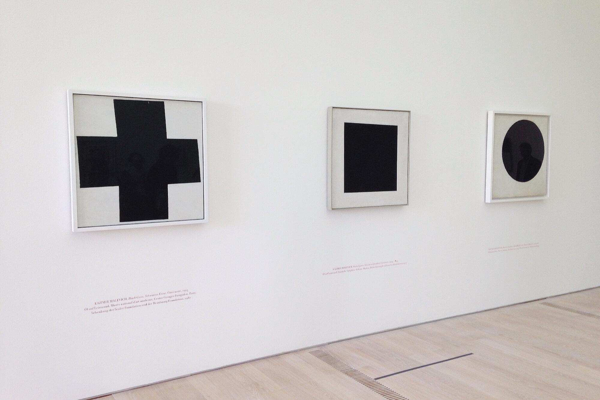 """Die Fondation Beyeler unternimmt den Versuch einer kritischen Rekonstruktion von """"0,10 - Die letzte futuristische Ausstellung der Malerei""""."""