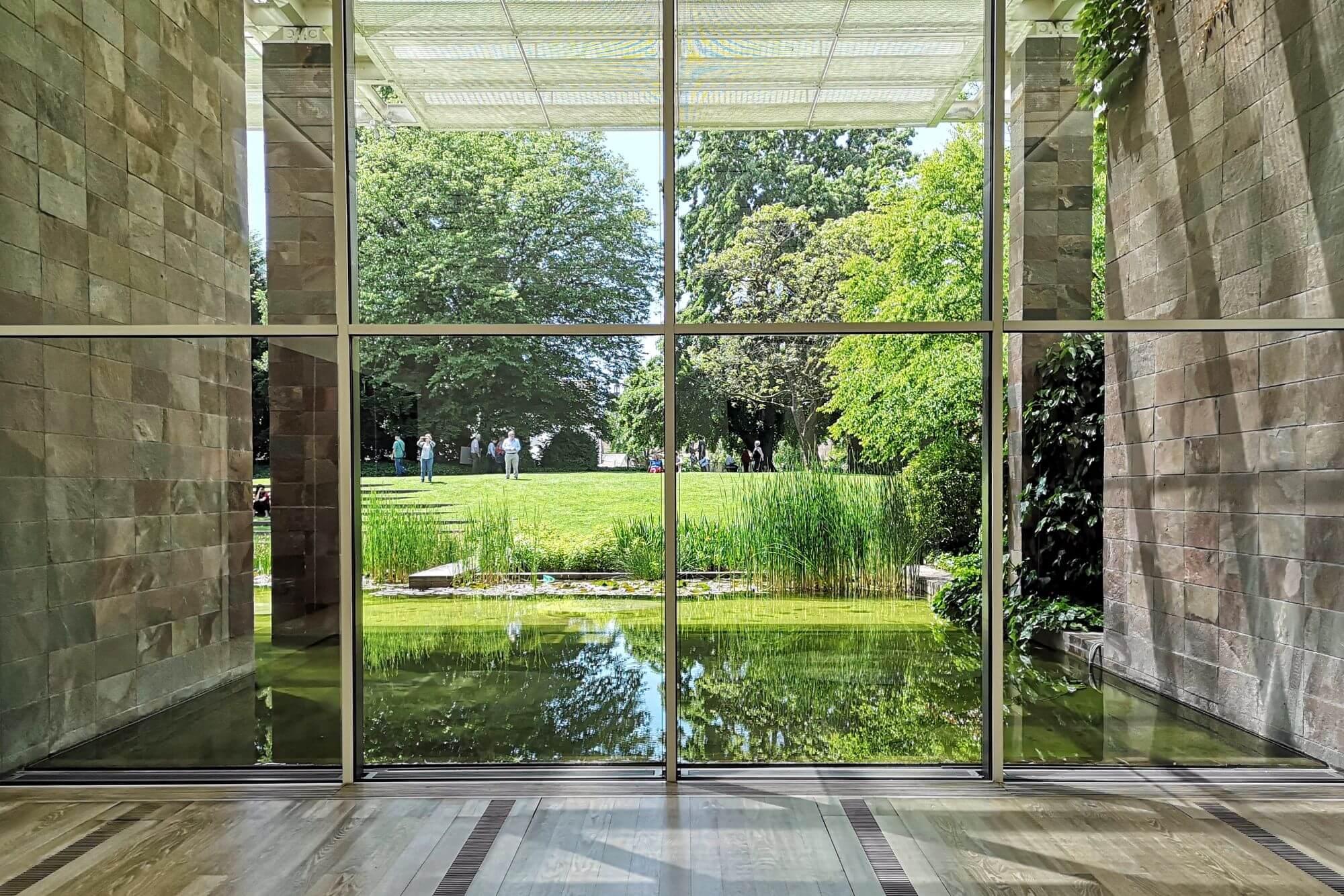 Die Fondation Beyeler zeigt eine Ausstellung zu Alexander Calder & Fischli Weiss, ergänzt durch ein besonderes Projekt: eine Garten-Installation.