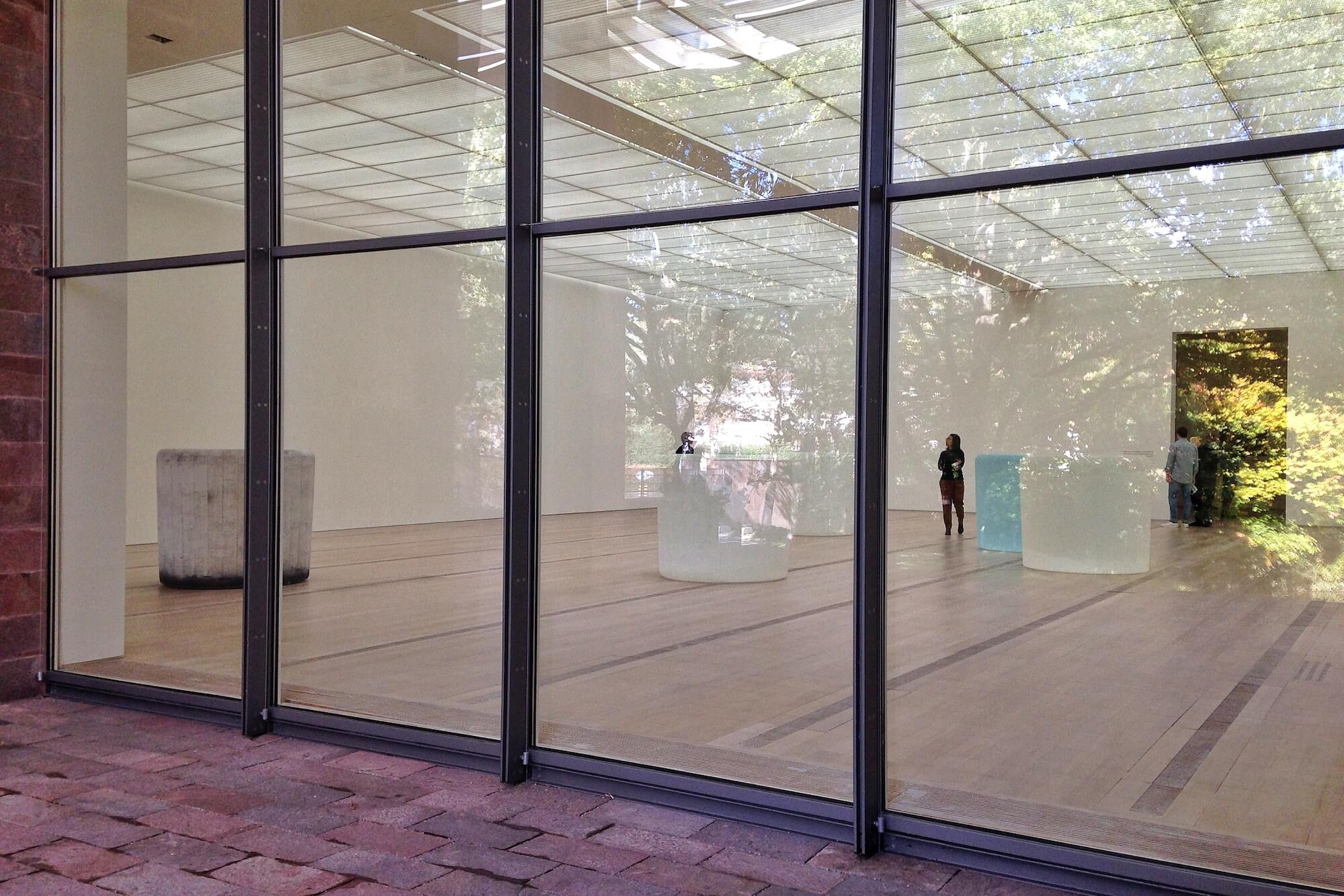 Wandelbarkeit und Identität stehen im Zentrum des Werks von Roni Horn. Erstmals zeigt die Fondation Beyeler jetzt die Arbeiten der Künstlerin.