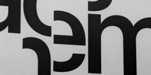 """Das MdbK - Museum der bildenden Künste Leipzig zeigt in der Ausstellung """"Displacements / Entortungen"""" einen Dialog zwischen Ayşe Erkmen und Mona Hatoum."""