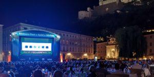 Public Viewing kann kulturelle Teilhabe ermöglichen. Ein Beispiel sind Übertragungen von Theater-Aufführungen oder Konzerte mit Klassischer Musik.