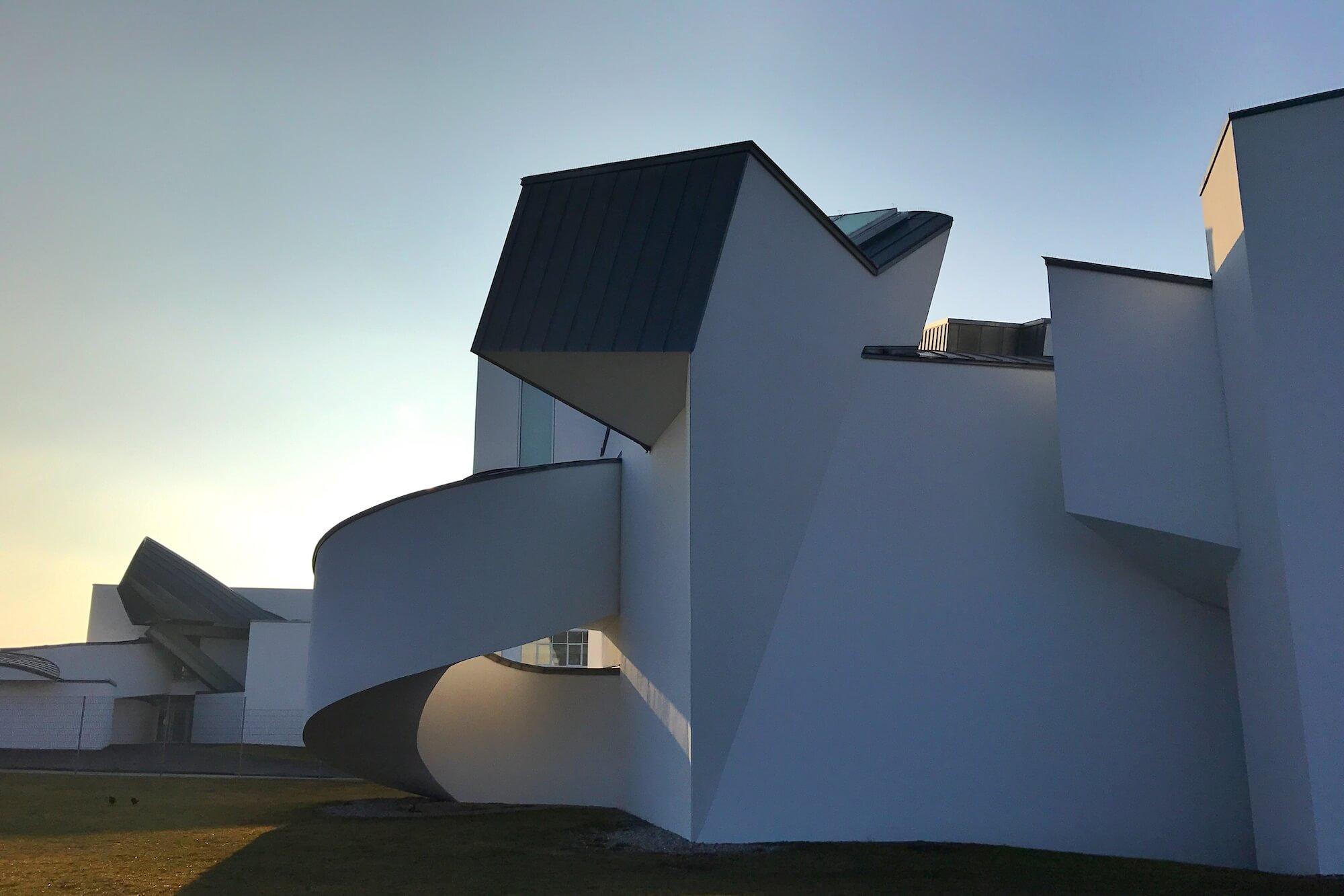 Der Rehbergerweg des Künstlers Tobias Rehberger verbindet das Vitra Design Museum und die Fondation Beyeler - und damit auch zwei Länder.