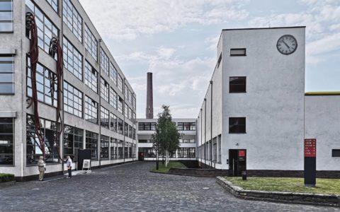 Im Ruhrgebiet und am Niederrhein lassen sich viele Beispiele der Bauhaus-Architektur entdecken, etwa in Krefeld, Oberhausen, Hagen, Essen und Dortmund.