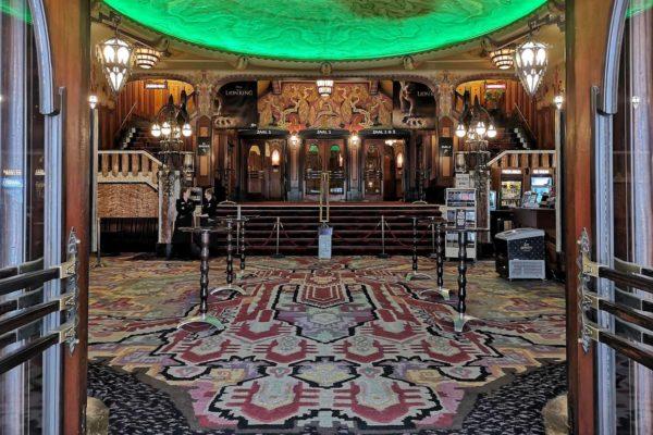 Das Tuschinski-Theater in Amsterdam ist eines der schönsten Gebäude im Baustil der sogenannten Amsterdamer Schule, eine Version des Jugendstil