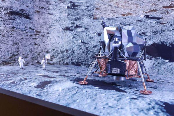"""Ein Modell der Landestelle der Apollo 11 in der Sonderausstellung """"50 Jahre Mondlandung"""" im Astronomiemuseum"""