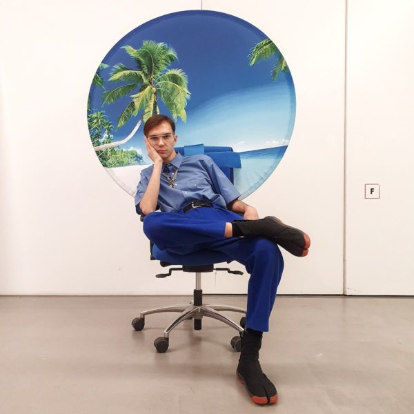 """Der spanische Künstler Filip Custic auf einer Installation von Aram Bartholl in der Ausstellung """"Link in Bio"""""""