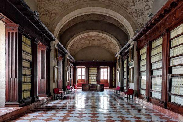 Das Archivo General de Indias ist in einem Gebäude aus der Zeit der Renaissance untergebracht. Die frühere Börse von Sevilla wurde im 18. Jhd. zum Zentralarchiv der spanischen Kolonialgeschichte umfunktioniert