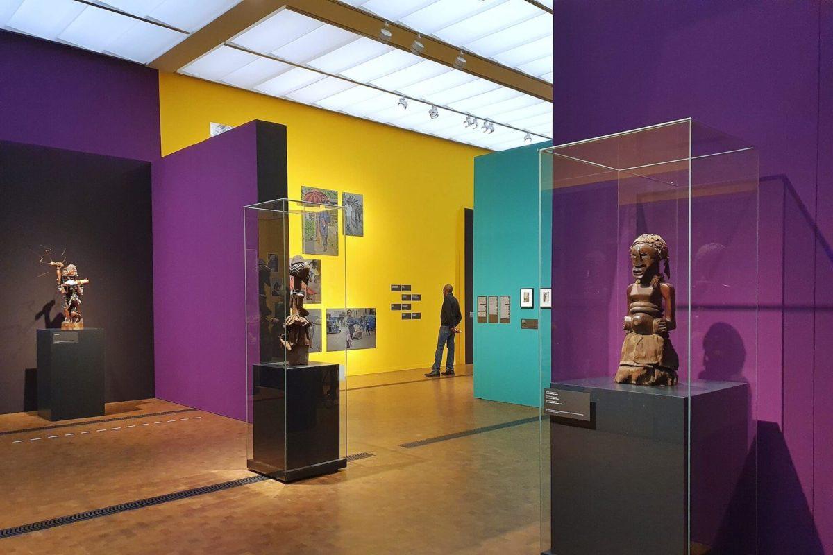 """Mit der Ausstellung """"Fiktion Kongo"""" im Museum Rietberg zeigt die Institution, wie erste Schritte einer Dekolonisierung im Museum gelingen kann."""