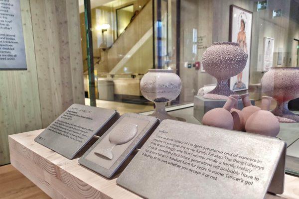 """Tamsin van Essen setzt sich mit den Themen Genetik und Vererbung in ihrer Arbeit """"Medical Heirlooms"""" auseinander. Die Keramikgefäße nach dem Vorbild von Apothekergläsern aus dem 17. und 18. Jhd. verweisen auf erbliche Krankheiten"""