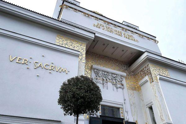 """Über dem Eingang der Wiener Secession steht das Motto """"Der Zeit ihre Kunst. Der Kunst ihre Freiheit"""""""