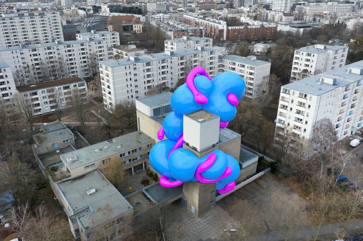"""Der Künstler Manuel Rossner zeigt in der König Galerie mit """"Surprisingly This Rather Works"""", wie man Kunst im digitalen Raum als Spiel erleben kann."""