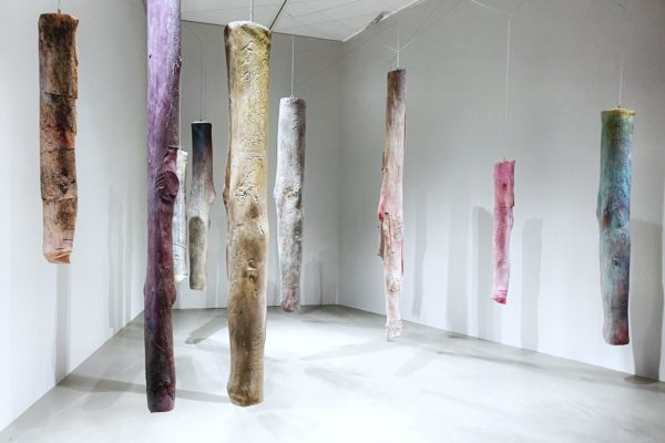 """Die Künstlerin Kaari Upson zeigt in der Ausstellung """"Umbruch"""" die Installation """"Mother's Legs"""" durch die sich Besucher bewegen können wie durch einen Wald"""