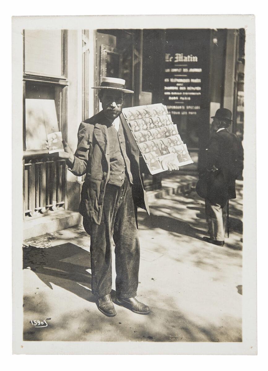 Agence Meurisse, Postkarten-Verkäufer in Paris, Silbergelatineabzug, 1911 © Aus der Sammlung Jacques Herzog und Pierre de Meuron Kabinett, Basel. Alle Rechte vorbehalten