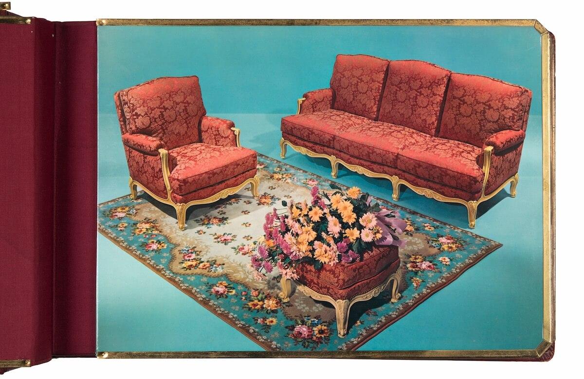 Werbealbum eines Möbelhauses, Unbekannt, Werbeaufnahme für Sofamöbel, C-Print, ca. 1950 © Aus der Sammlung Jacques Herzog und Pierre de Meuron Kabinett, Basel. Alle Rechte vorbehalten