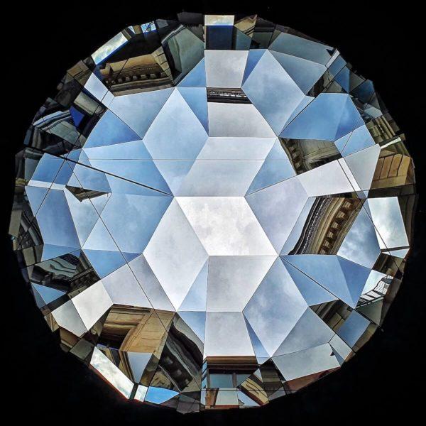 """Steht man direkt unter den """"Gesellschaftsspiegel""""-Skulpturen von Olafur Eliasson, eröffnet sich eine Prismen-hafte Spiegelung der Umgebung"""