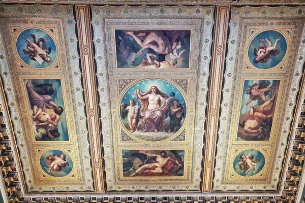Die Deckenmalerei im Treppenhaus des Augusteum wurde von Christian Griepenkerl mit Szenen der griechischen Mythologie gestaltet