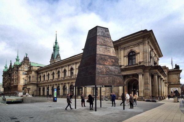 """Die Skulpturen """"Gesellschaftsspiegel"""" des Künstlers Olafur Eliasson bieten eine Vielfalt an Blickwinkeln auf den Alten Wall in Hamburg"""