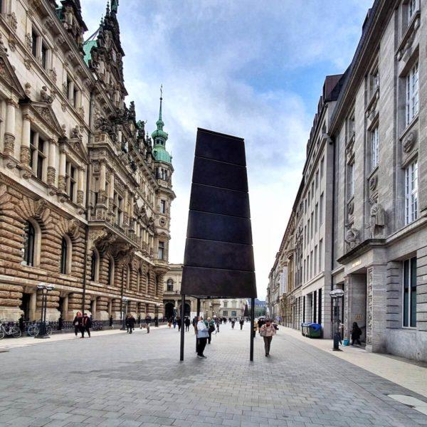 """Direkt neben dem Hamburger Rathaus, in der Nähe des Bucerius Kunst Forum, steht Eliassons erste """"Gesellschaftsspiegel""""-Skulptur mit dreieckigem Grundriss"""