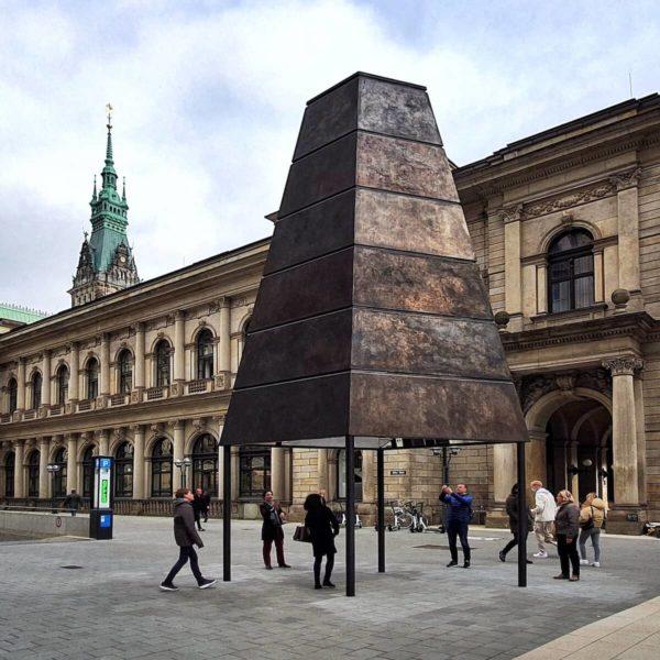 """Am Alten Wall neben der Commerzbibliothek der Hamburger Handelskammer befindet sich die zweite """"Gesellschaftsspiegel""""-Skulptur mit viereckigem Grundriss"""