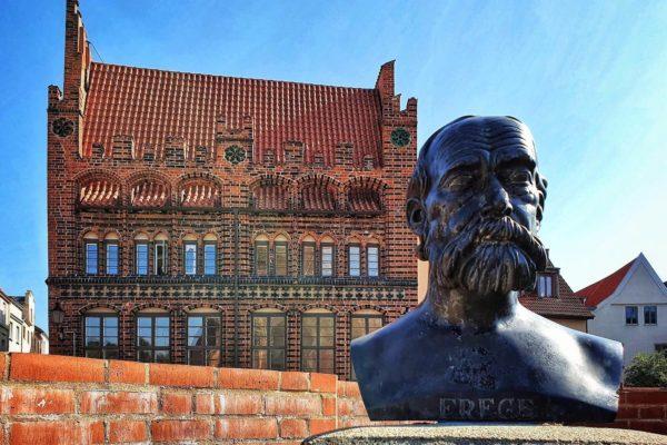 Eine Statue von Gottlob Frege (1878-1925), dem Begründer der modernen mathematischen Logik vor dem Archidiakonat