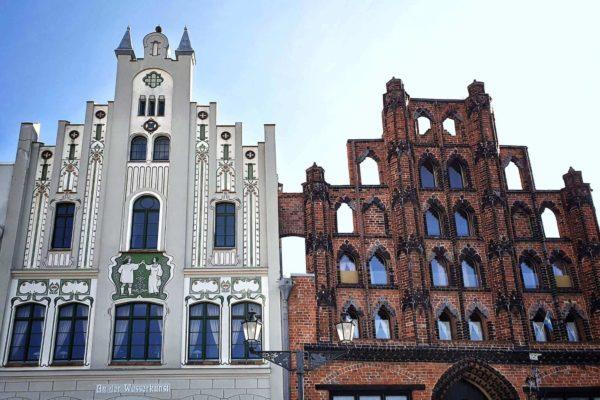 """Das Bürgerhaus """"Alter Schwede"""" am Marktplatz von Wismar wurde 1360 erbaut"""