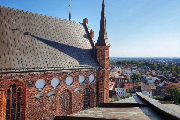 Seit 2014 kann in 34 Metern Höhe eine Aussichtsplattform auf dem Dach der St. Georgen-Kirche besucht werden