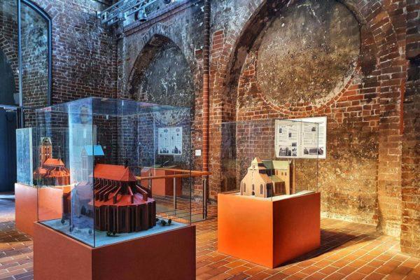 In der Kirche St. Marien ist eine Ausstellung zur Backsteingotik in Wismar zu sehen