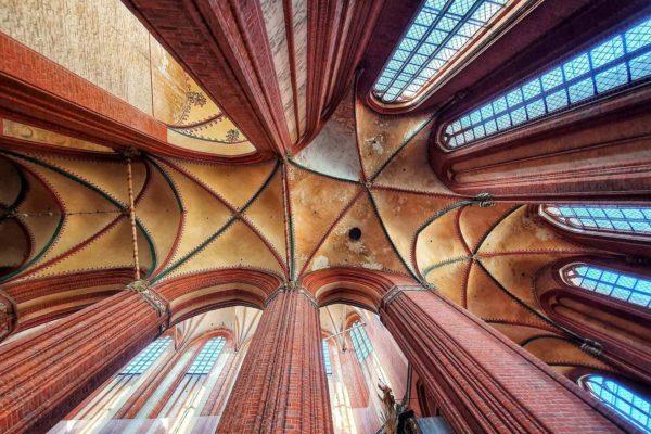 In Wismar finden sich zahlreiche Bauwerke der Backsteingotik. Wir geben Tipps zu den schönsten Kirchen, Ausstellungen und Museen