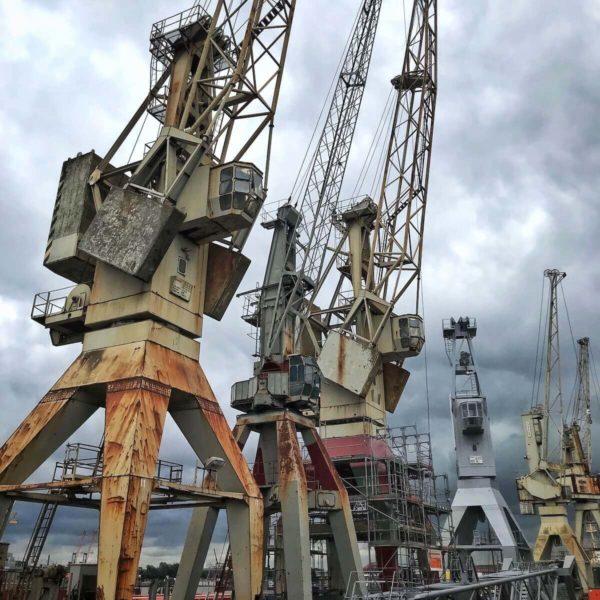 """Das Hafenmuseum Hamburg mit seinem neuen Wahrzeichen, dem historischen Schiff """"Peking"""", liegt im ehemaligen Freihafen, auf dem letzten noch erhaltenen Kaiensemble der Kaiserzeit."""