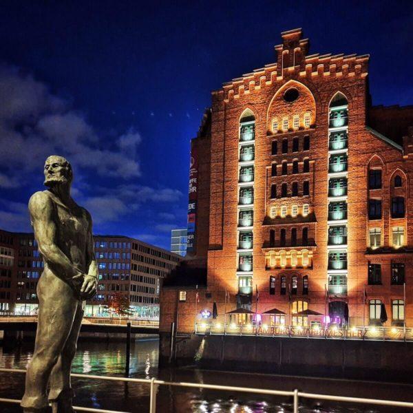 Das Internationale Maritime Museum im Kaispeicher B ist bekannt für seine weit über 50.000 Schiffsmodelle. Vor dem Gebäude steht das Störtebeker-Denkmal des Künstlers Hansjörg Wagner.