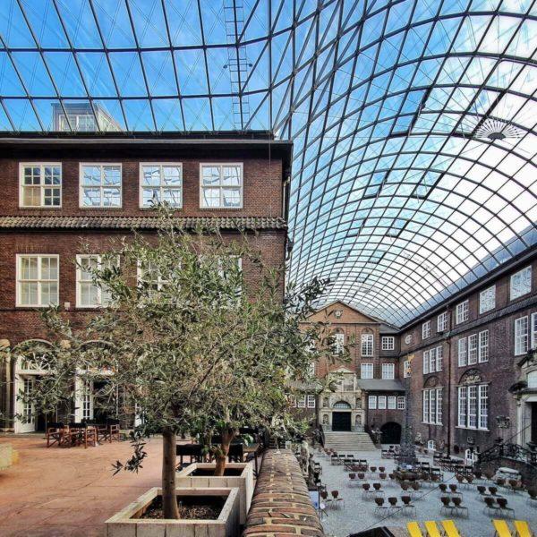 Das Museum für Hamburgische Geschichte liegt direkt an der Parkanlage Planten un Blomen und zeigt die Entwicklungsgeschichte der Stadt Hamburg, von ihren Anfängen um 800 bis zur Gegenwart.