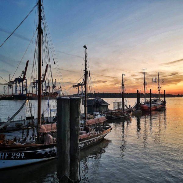 Zur Flotte des Museumshafens Övelgönne am Fähranleger Neumühlen gehören historische Motorschiffe, Dampfschiffe und Segelschiffe.