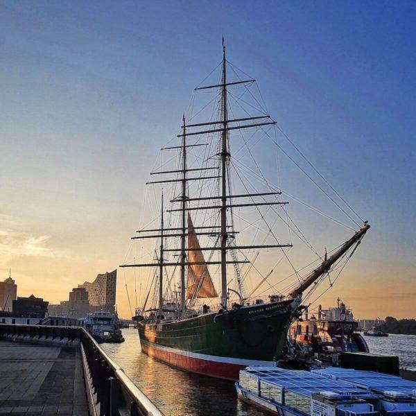 Der 1896 gebaute Frachtensegler Rickmer Rickmers liegt direkt an den Landungsbrücken in St. Pauli. Seit 2006 ist das Schiff offizielle Schiffspoststelle der Deutschen Post mit einem eigenen Sonderstempel.