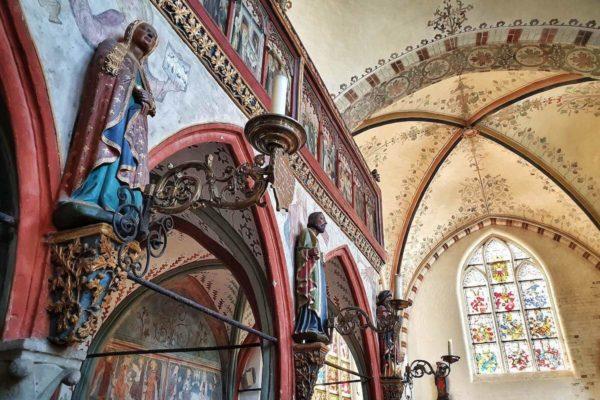 In der Hallenkirche des Heiligen-Geist-Hospital sind aufwändige mittelalterliche Wandmalereien zu sehen.