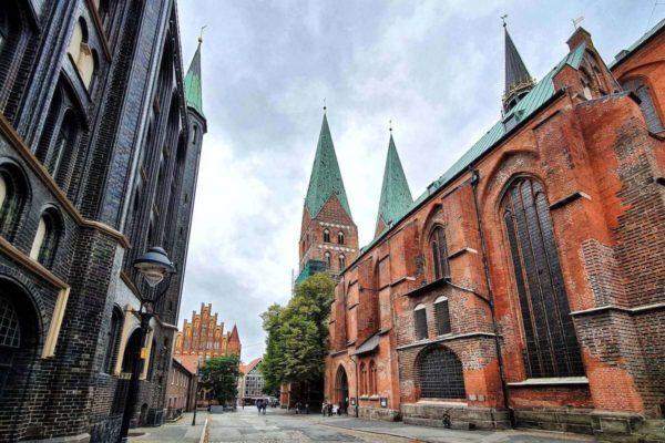 St. Marien zu Lübeck wurde bis 1351 im Stil der Backsteingotik erbaut und gilt als Vorbild für 70 weitere Kirchen im Ostseeraum.