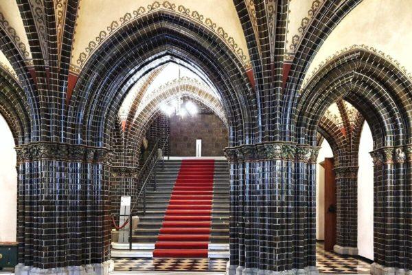 Die neugotische Eingangshalle des Lübecker Rathauses ist mit schwarzgrün glasierten Backsteinen verkleidet.