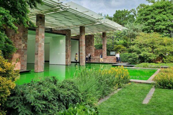 """Die Fensterfront der Fondation Beyeler wurde für die Installation """"Life"""" von Olafur Eliasson entfernt; die vorderen Ausstellungsräume wurden mit Wasser geflutet."""