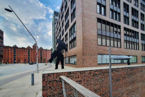 Bewachen die zwei Skulpturen von Marc Bijl an der Shanghaibrücke den Zugang oder den Ausgang der Hamburger HafenCity?