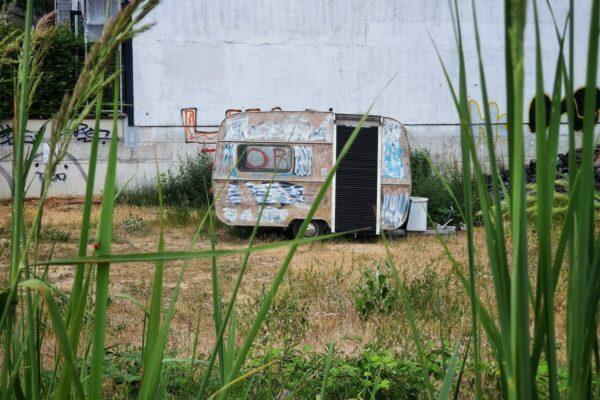 """Wer an Tamu Nkiwanes Installation """"Turmeric"""" vorbeikommt, denkt zunächst nicht an ein Kunstwerk. Fast übersieht man den kleinen Wohnwagen-Anhänger an seinem Abstellort auf einem Brachgelände."""