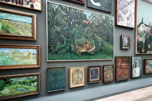 """Im ersten Raum der Ausstellung """"Natureculture"""" in der Fondation Beyeler hängen die Kunstwerke dicht an dicht."""