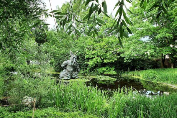 Auch Thomas Schüttes Skulptur eines Hasen (2013) im Park hinter der Fondation Beyeler zeigt die Verschränkung von Natur und Kultur.