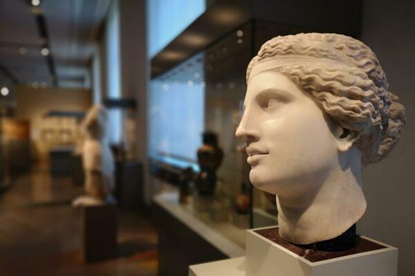 Zerstört die Social-Media-Nutzung im Museum unsere Aufmerksamkeitsspanne - oder widmen wir uns dadurch sogar länger der Kunst?
