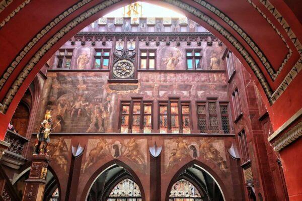 """Das 500 Jahre alte Rathaus von Basel wird im Volksmund auch """"Roothuus"""" genannt."""