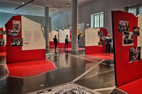 Bei der Ausstellungsgestaltung wurde besonders auf Barrierefreiheit geachtet. Zum Beispiel sind alle Räume und Exponate ohne Stufen und mit besonders viel Abstand zugänglich, zudem gibt es ein optisch-taktiles Bodenleitystem.