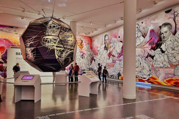 """Ein Blick auf die Ausstellung """"Berlin Global"""" im Humboldt Forum: Zwischen Interaktivität, technischen Spielereien und ein bisschen Chaos."""