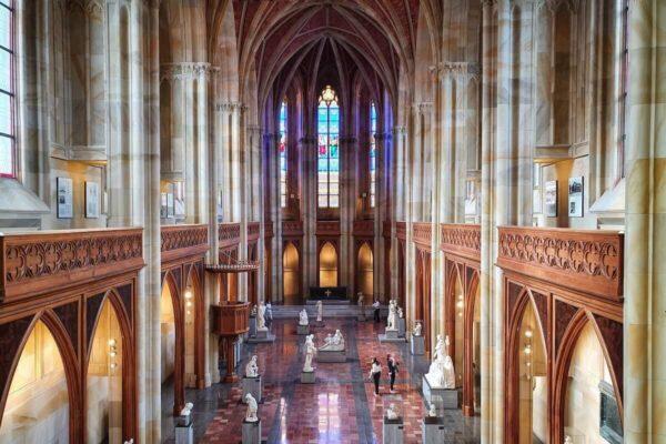"""Seit Herbst 2020 ist in der Friedrichswerderschen Kirche die Ausstellung """"Ideal und Form"""" zu sehen."""