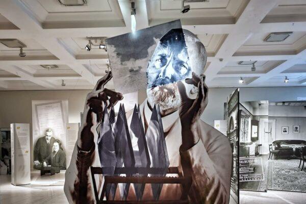 Direkt am Eingang der Ausstellung im Museum für Hamburgische Geschichte ist ein Porträt von Max Halberstadt zu sehen auf dem er ein Foto-Negativ in seinem Atelier betrachtet.